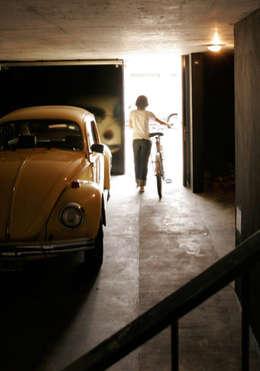 Zapiola 3625: Garajes de estilo moderno por IR arquitectura