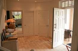 Couloir et hall d'entrée de style  par THE WHITE HOUSE american dream homes gmbh