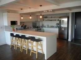 Loft en Martinez: Cocinas de estilo moderno por Fainzilber Arqts.