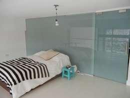 Loft en Martinez: Dormitorios de estilo moderno por Fainzilber Arqts.