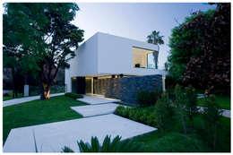 CASA CARRARA: Casas de estilo moderno por Remy Arquitectos