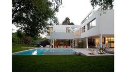 CASA CARRARA: Piletas de estilo moderno por Remy Arquitectos
