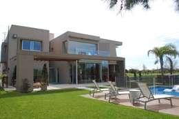 vivienda unifamiliar: Casas de estilo moderno por cm espacio & arquitectura srl