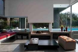 Salas de estilo minimalista por Remy Arquitectos