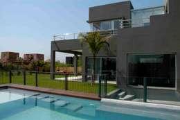 Albercas de estilo minimalista por Remy Arquitectos