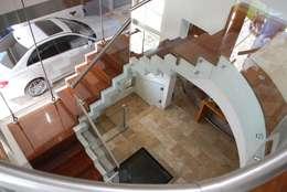 vivienda unifamiliar: Pasillos y recibidores de estilo  por cm espacio & arquitectura srl