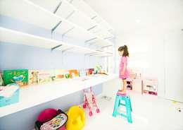 青い壁が印象的なキッズスペース: ナイトウタカシ建築設計事務所が手掛けた子供部屋です。