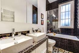 Paris 9: Salle de bains de style  par blackStones