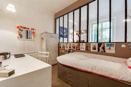 Paris 9: Chambre d'enfant de style de style Classique par blackStones