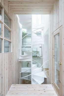 Pasillos y vestíbulos de estilo  por ディンプル建築設計事務所