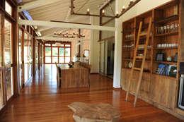 Casa de Campo: Salas de estar campestres por Marcela Mendes Interiores