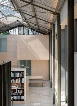 The Workshop:  Corridor & hallway by Henning Stummel Architects Ltd