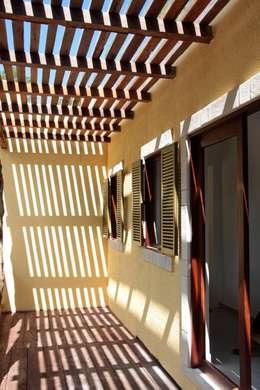 Casas de estilo moderno por IURO