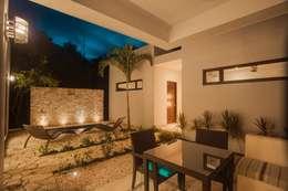 Casa Zama: Terrazas de estilo  por IURO