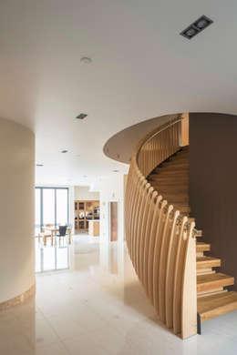 Projekty,  Korytarz, przedpokój i schody zaprojektowane przez Frost Architects Ltd
