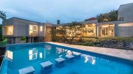 Casa Q2 : Piletas de estilo moderno por Arq. Santiago Viale Lescano