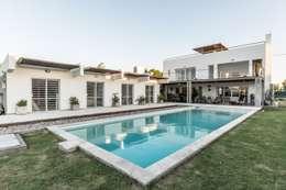 CASA LA SANTINA : Piletas de estilo moderno por barqs bisio arquitectos