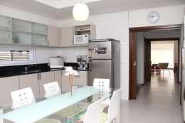 De líneas puras - Casa N Los Olivos: Casas de estilo moderno por CB Design