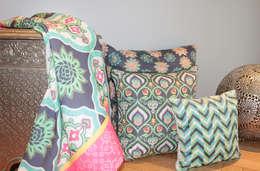 Almohadones y mantel : Dormitorios de estilo asiático por b-home