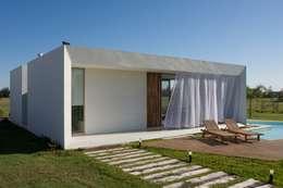 Projekty, nowoczesne Domy zaprojektowane przez VISMARACORSI ARQUITECTOS