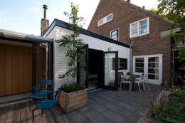gevel keuken - aansluitng aan bestaand woonhuis: moderne Huizen door JANICKI ARCHITECT