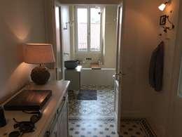 Pasillos y recibidores de estilo  por K.B. Ristrutturazioni