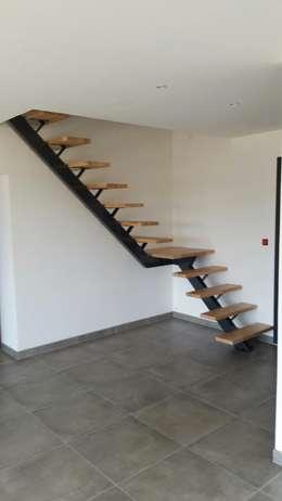 Vestíbulos, pasillos y escaleras de estilo  por metal brut