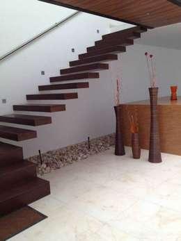 Pasillos, vestíbulos y escaleras de estilo  por SANTIAGO PARDO ARQUITECTO