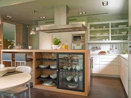 Combinación de acabados: en blanco y madera: Cocinas de estilo moderno de DEULONDER arquitectura domestica