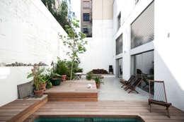 'Rehbailitacion edificio en Gracia': Jardines de estilo moderno de lluiscorbellajordi