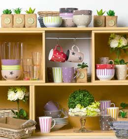 Cups and mugs!: Cozinha  por DeBORLA