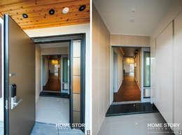Pasillos y recibidores de estilo  por (주)홈스토리