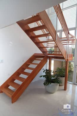 Pasillos, vestíbulos y escaleras de estilo  por Livia Tavares - Homify