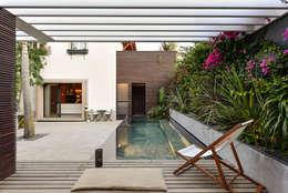 Albercas de estilo moderno por Ricardo Moreno Arquitectos