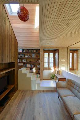 Pasillos, vestíbulos y escaleras de estilo  por Ricardo Moreno Arquitectos