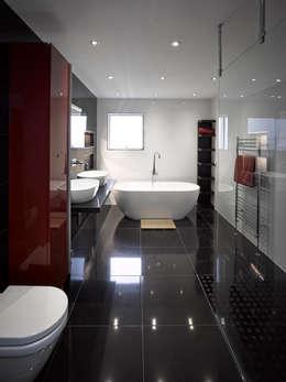 Banheiros modernos por ID Architecture