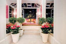 Casas de estilo clásico por Rebecca James Studio