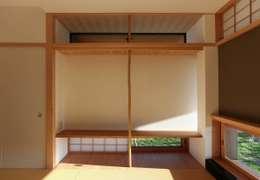 住戸棟 和室 床の間: フィールド建築設計舎が手掛けた和室です。