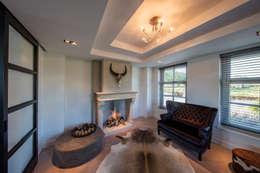 Lodge Look Room: rustieke & brocante Woonkamer door Medie Interieurarchitectuur