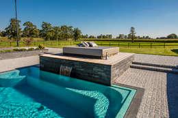 Daybed: modern Zwembad door Medie Interieurarchitectuur