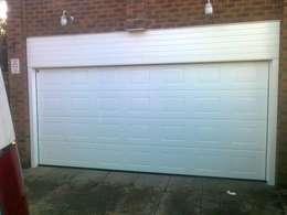 Puertas y ventanas de estilo industrial de CBL Garage Doors