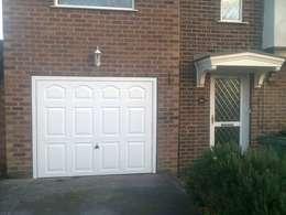 Home rectangled garage door : Fenêtres & Portes de style de style Industriel par CBL Garage Doors