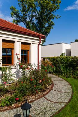 Dom w Bielicach: styl klasyczne, w kategorii Domy zaprojektowany przez Gzowska&Ossowska Pracownie Architektury Wnętrz