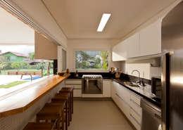 Casa Guaecá : Cozinhas modernas por Conrado Ceravolo Arquitetos