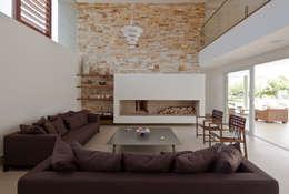 Casa Guaecá : Salas de estar modernas por Conrado Ceravolo Arquitetos