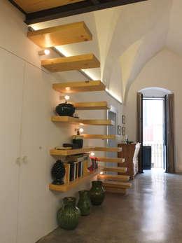 Pasillos y vestíbulos de estilo  por Ossigeno Architettura