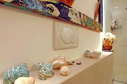 Baños de estilo mediterraneo por Ossigeno Architettura