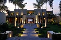 Jardines de estilo moderno por Tropical America landscaping