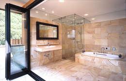 披露山のゲストハウス: 小林福村設計事務所/KOBAYASHIFUKUMURA ARCHITECTSが手掛けた浴室です。