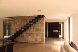 vivenda unifamilar MORENO: Pasillos y recibidores de estilo  por cm espacio & arquitectura srl